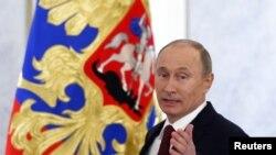 Presiden Rusia Vladimir Putin sesaat sebelum menyampaikan pidato kenegaraan tahunannya di Kremlin, Moskow (12/12).