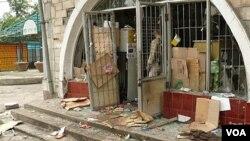 Kota Osh dilanda kerusuhan antar etnis, dan massa melakukan penjarahan toko-toko.