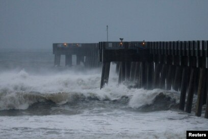 Las olas se estrellan contra un muelle en la playa de Panama City, Florida, cuando el huracán Michael se aproximaba a la costa. Octubre 10 de 2018. Reuters/Jonathan Bachman.