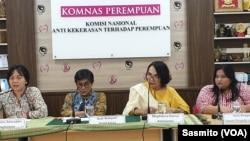 """Sejumlah komisioner Komnas Perempuan dan Koordinator Forum Pengada Layanan Veni Siregar dalam konferesi pers """"Peluncuran Kampanye 16 Hari Anti-Kekerasan terhadap Perempuan"""" di Jakarta, Senin, 25 November 2019. (Foto: VOA/Sasmito)"""