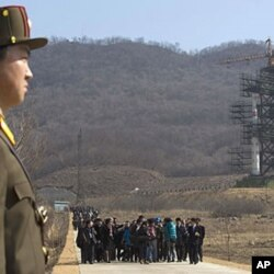 Bir guruh xalqaro jurnalistlar Sohae kosmik stansiyasida Shimoliy Koreyaning fazoga uchiriladigan raketasini ko'zdan kechirmoqda. 8-aprel, 2012-yil.