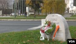 Spomenik dječaku Nerminu Divoviću kojeg je ubio hitac iz snajpera