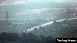 지난달 27일 한국 경기도 파주 도라산전망대에서 개성공단으로 이어지는 경의선 도로를 내려다본 모습. (자료사진)