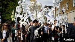 Aktivis Extinction Rebellion melakukan aksi unjuk rasa di London, Inggris 13 Juli 2019 lalu.