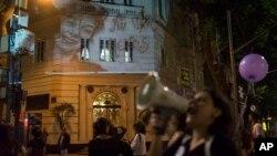 در یکی از راهپیمایی ها در اعتراض به خشونت علیه زنان، تصویر یکی از قربانیان خشونت روز دیوار انداخته شد.