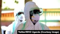 Wafanyakazi wa afya wanaowahudumia wagonjwa wenye virusi vya Ebola wakiwa katika vazi linalowalinda na maambukizi nchini Uganda