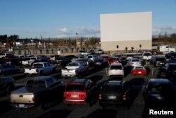 Великодня служба для вірян, що залишаються у своїх автівках, Колорадо, 12 квітня 2020 (REUTERS/Shannon Stapleton)