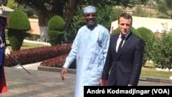 Les présidents français et tchadien Emmanuel Macron et Idriss Déby Itno à N'Djamena, le 23 décembre 2018. (VOA/André Kodmadjingar)