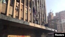 جوہانسبرگ کی عمارت میں لگی آگ سے بچنے کے لیے لوگ کھڑکیوں کے ذریعے نیچے اتر رہے ہیں۔