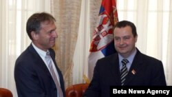 Šef Delegacije EU u Srbiji Vensan Dežer je u Vladi Srbije uručio premijeru Srbije Ivici Dačiću izveštaj Evropske komisije o napretku Srbije.