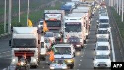 Các tài xế xe tải Pháp lái xe chậm trên đường cao tốc A1 gần Lille, miền Bắc nước Pháp, ngày 18/10/2010