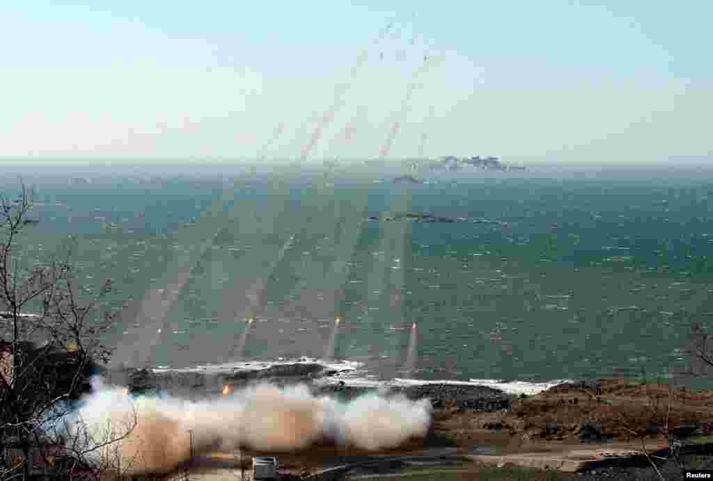 واحدهای زیرمجموعه توپخانه ارتش کره شمالی برای مانور جنگی تمرین می کنند و توانایی های خود در بخش غربی در خط مقدم جبهه را به بوته آزمایش می گذارند. ماموریت این واحدها حمله به جزیره دائیون پیونگ و جزیره بائین یونگ کره جنوبی است. ١٤ مارس ٢٠١٣