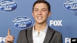 """Scotty McCreery, winner of the 10th season of """"American Idol"""", poses backstage in Los Angeles May 25, 2011."""