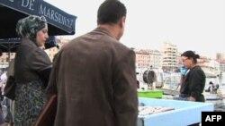 Seorang perempuan Muslim berjilbab di Marseilles, Perancis.