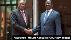 Le président kényan Uhuru Kenyatta, à gauche, a rencontré vendredi le chef de l'opposition Raila Odinga, à droite, pour la première fois depuis sa réélection contestée en octobre, à Nairobi, Kenya, 9 mars 2018. (Facebook/Uhuru Kenyatta)