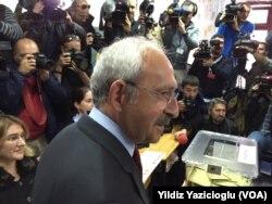 CHP Lideri Kemal Kılıçdaroğlu oyunu Ankara'da Çukurambar Arjantin İlköğretim Okulu'nda kullandı.