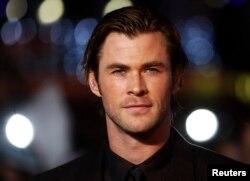 """El actor Chris Hemsworth en la premiere mundial de """"Thor"""". Londres, octubre 22, 2013. REUTERS/Luke MacGregor."""