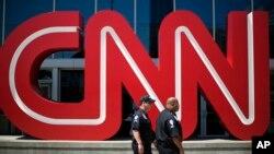 Эмблема компании CNN у входа в штаб-квартиру CNN в городе Атланта, штат Джорджия, США (архивное фото)