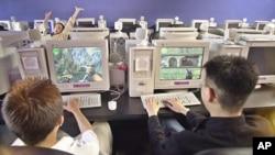 美国学生在玩网络游戏(资料照片)