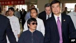 5月1号美国驻华大使骆家辉与陈光诚在北京一家医院