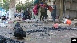 Vendedores afganos revisan sus productos en una calle de la ciudad de Kunduz, que el ejército dice haber recuperado.