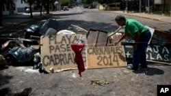 委內瑞拉反政府示威者2月27日設置的路障和標語。