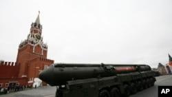 """რუსული """"ტოპოლ M""""-ის ტიპის კონტინენტთაშორისი ბალისტიკური რაკეტის გამშვები მოსკოვში წითელ მოედანზე"""