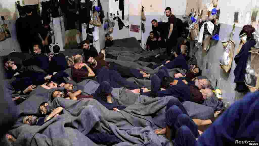 시리아 하카사의 수용소에 이슬람 무장조직(IS) 대원들로 추정되는 수감자들이 누워있다