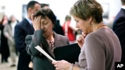 미국 보스턴에서 열린 취업박람회에서 구직자들이 취업 정보를 얻고 있다. (자료사진)