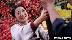 북한에서 한국계 미국인이 제작한 영화 '산너머 마을' 중 한 장면. 주연 여배우 김경님의 모습이다.