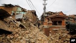 Un homme se promène dans les décombres du tremblement de terre de samedi 25 avril 2015 à Bhaktapur, au Népal, le 26 Avril 2015.