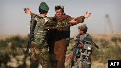 Binh sĩ Afghanistan khám xét một thường dân tại tỉnh Helmand ở miền nam Afghanistan