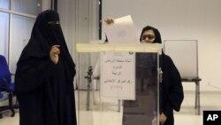 Саудовские женщины голосуют на муниципальных выборах. Эр-Рияд, Саудовская Аравия. 12 декабря 2015 г.
