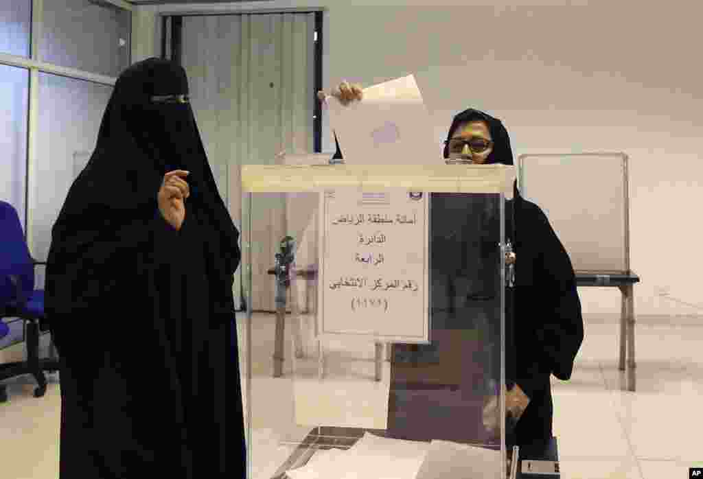 Saudi women vote at a polling center during the country's municipal elections in Riyadh, Saudi Arabia, Dec. 12, 2015.