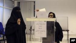 Suasana pemungutan suara di sebuah TPS di Riyadh, Arab Saudi (12/12).