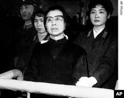 """""""四人帮""""之一的江青受审"""