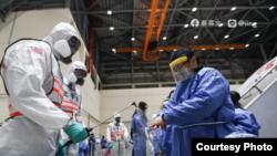 經由第二批武漢包機返回台灣的民眾接受軍隊化學兵的檢疫作業(蔡英文臉書)