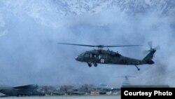Arhiva - Američki transportni helikopter UH-60 Blackhawk, kakav upotrebljavaju i američke snage u sastavu KFOR-a na Kosovu.