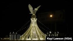 Le rond-point Colombe de la paix, à Lomé, Togo, 21 décembre 2017. (VOA/Kayi Lawson)
