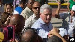 El presidente de Cuba, Miguel Díaz-Canel, saluda a los residentes cuando llega a Caimanera, Cuba, el jueves 14 de noviembre de 2019.
