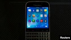 ARSIP – BlackBerry akan terus memberikan dukungan bagi sistem operasi BlackBerry 10, namun produksi telepon pintar klasiknya, seperti yang ditunjukkan pada peluncurannya di akhir 2014, tidak akan diteruskan. (foto: REUTERS/Brendan McDermid)