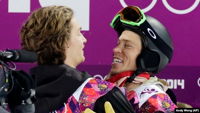 Switzerland's Iouri Podladtchikov (l) celebrates with Shaun White of the United States after Podladtchikov won the gold medal in the men's snowboard halfpipe final in Sochi, Feb 11, 2014.