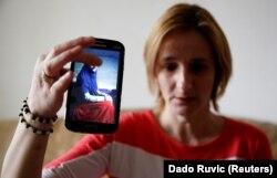 Alema Dolamić pokazuje fotografiju sestre koja se još nalazi u Siriji.