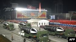 This picture taken on Jan. 14, 2021, and released ອົງການຂ່າວ KCNA ຂອງເກົາຫຼີເໜືອ ສະແດງໃຫ້ເຫັນໃນອັນທີ່ປາກົດວ່າ ເປັນລູກສອນໄຟຂີປະນາວຸດ ທີ່ຍິງຈາກເຮືອດຳນ້ຳ ໃນລະຫວ່າງການເດີນສວນສະໜາມທາງທະຫານ.