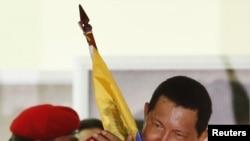 Presidente veneuzelano Hugo Chavez celebra vitoria eleitoral