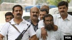 Polisi India membawa salah seorang tersangka teroris anggota Lashkar-e-Taiba, Mohammed Omar Madini di New Delhi (foto dokumentasi).