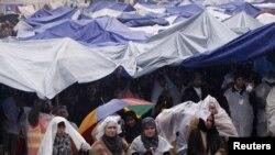 Protesti sledbenika Tahira-ul Kadri u Islamabadu slušaju njegov govor
