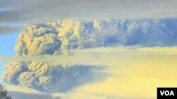 Gunung api Puyehue menyemburkan gas setinggi kira-kira 10 kilometer ke udara (4/6).