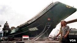 """Kapal induk bekas Uni Soviet """"Varyag"""" di Mykolayiv, Ukraina (foto: dok). Tiongkok membeli kapal induk ini dan melakukan perbaikan menjadi kapal induk pertama AL Tiongkok."""