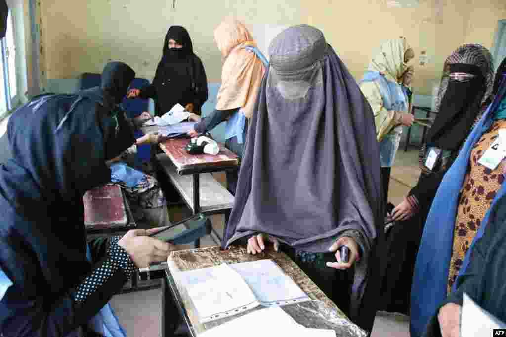 حضور پر رنگ زنان در انتخابات پارلمانی افغانستان در قندهار.